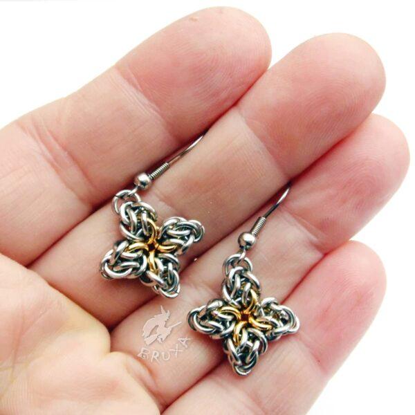 Komplet biżuterii chainmaille ze stali chirurgicznej w postaci czteroramiennych gwiazdek z pozłacanym środkiem - kolczyki