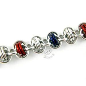 Bransoletka chainmaille w kolorach srebrno-czerwono-granatowych - zbliżenie na splot