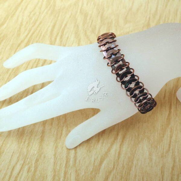 Industrialna bransoletka chainmaille z miedzianych podkładek pod nity