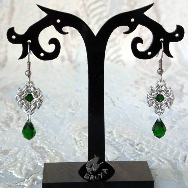 Kolczyki chainmaille Anastazja z kolekcji Glamour, z zielonymi kryształkami