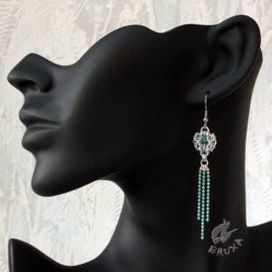 Kolczyki chainmaille z kolekcji Glamour, z turkusowymi kryształkami i chwostem z łańcuszków