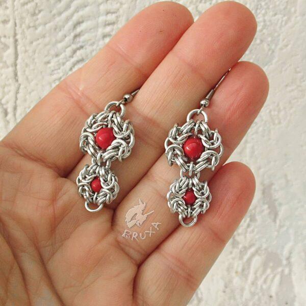 Kolczyki chainmaille z kolekcji Glamour, z czerwonymi perełkami