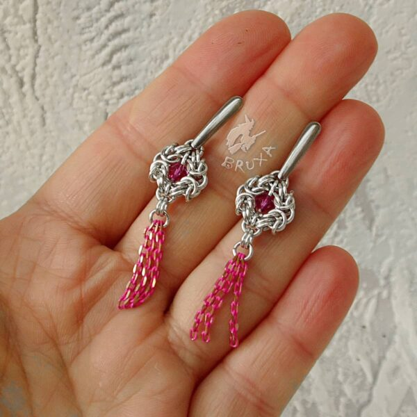 Kolczyki chainmaille z kolekcji Glamour, z fuksjowymi kryształkami i chwostem z łańcuszków