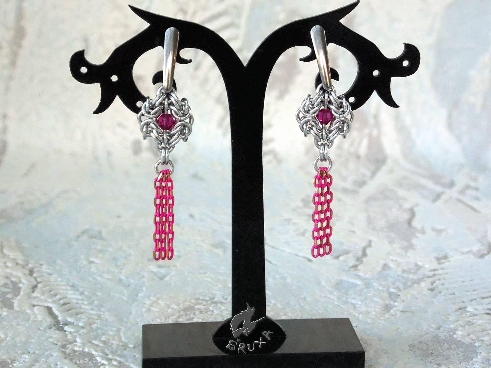 Kolczyki chainmaille z kryształkami i chwostem z łańcuszków w kolorze fuksjowym