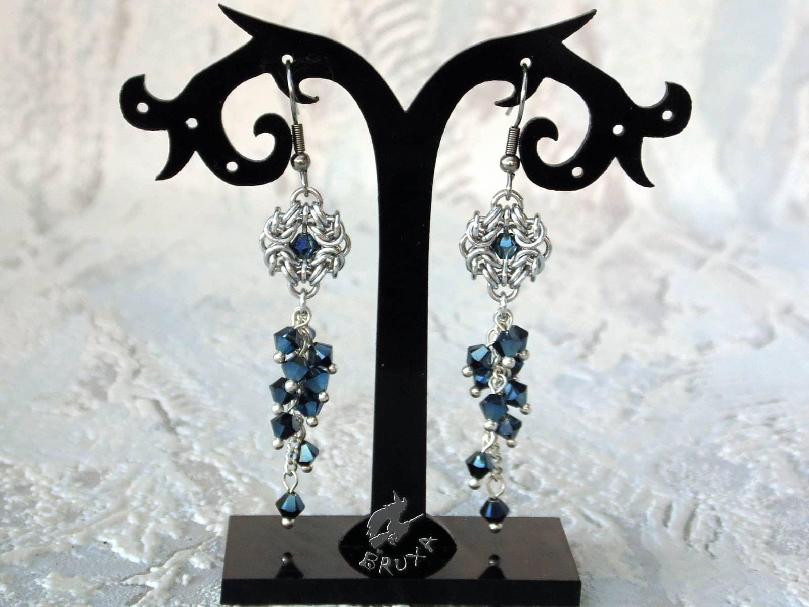 Kolczyki z gronkami ciemnoniebieskich kryształków