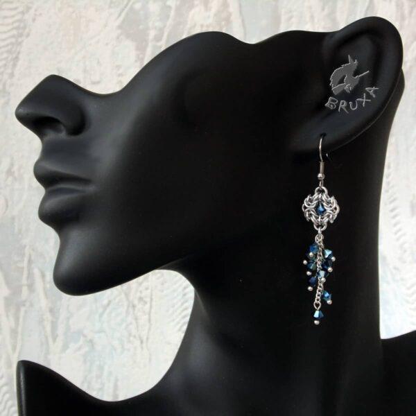 Kolczyki chainmaille z kolekcji Glamour, z gronkiem granatowych kryształków