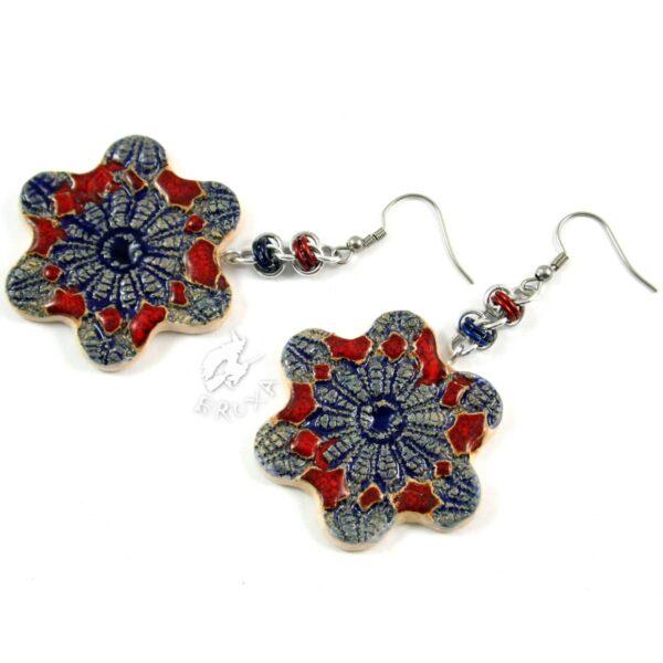 Kolczyki chainmaille z ceramicznymi kwiatkami