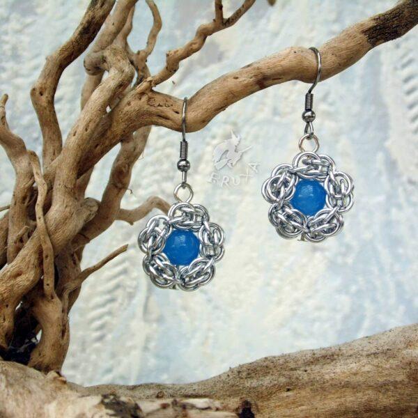 kolczyki chainmaille kwiatki z niebieskim środkiem