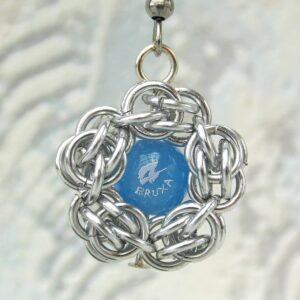 kolczyki chainmaille kwiatki z niebieskim środkiem - zbliżenie