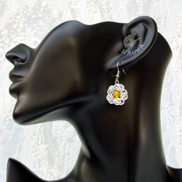kolczyki chainmaille kwiatki z żółtym środkiem