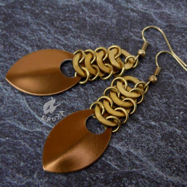 Mosiężne kolczyki chainmaille wykonane z podkładek pod nity i aluminiowej łuski