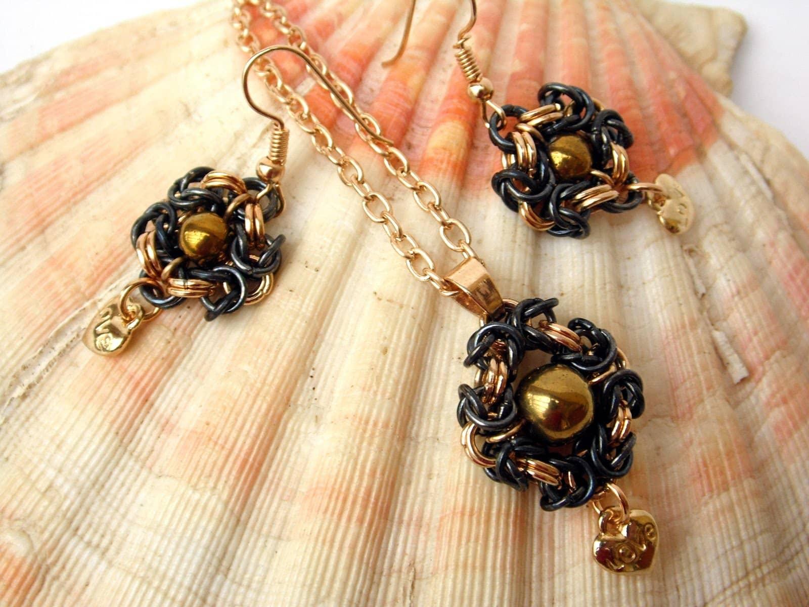 Czarno-złoty komplet chainmaille, kolczyki i wisiorek wykonane splotem Romanov