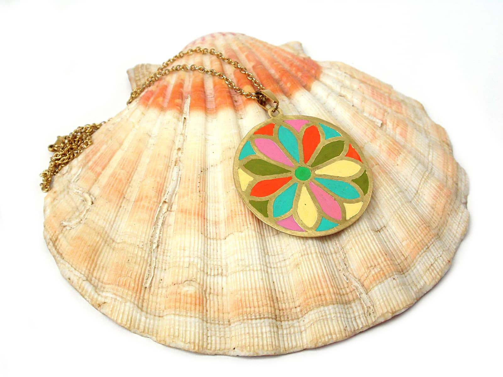 Naszyjnik z mosiądzu z wymalowaną kolorową rozetą