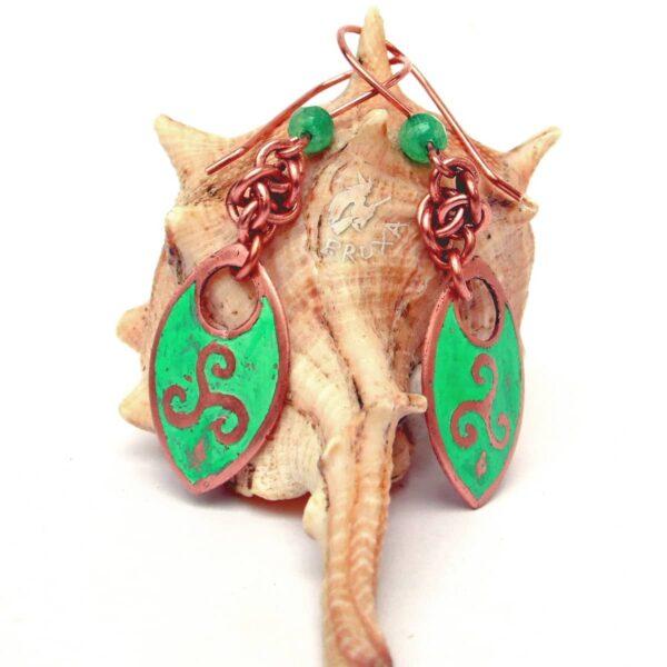 Miedziane kolczyki z wytrawionym symbolem Triskelion i pokryte zieloną patyną