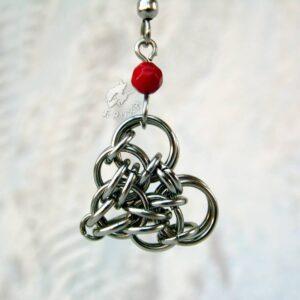 Komplet biżuterii chainmaille z sercami i czerwonymi akcentami - zbliżenie na zawieszkę