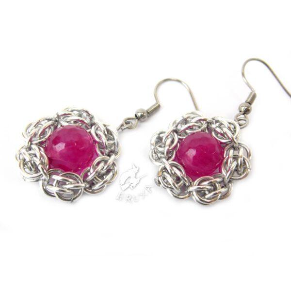 Kolczyki chainmaille w kształcie kwiatków z rubinowym jadeitem