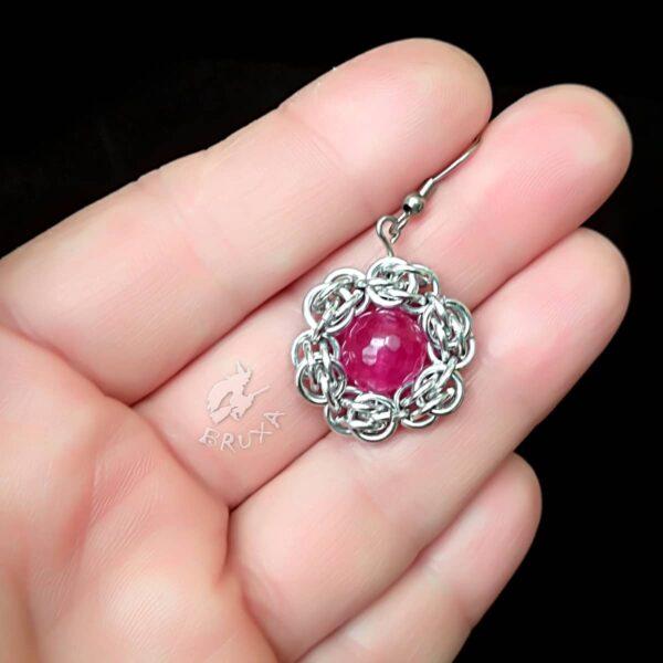 Wisiorek chainmaille w kształcie kwiatka z rubinowym jadeitem