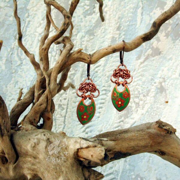 Kolorowe miedziane kolczyki chainmaille z wytrawionym motywem kwiatowym