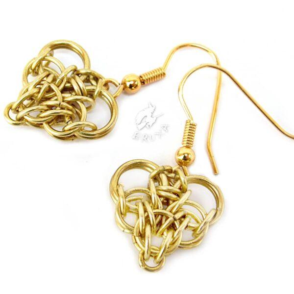 Kolczyki z sercami wykonane z mosiądzu w technice chainmaille