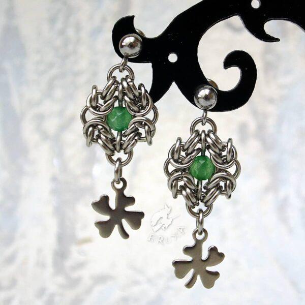 Eleganckie kolczyki ze stali chirurgicznej z zielonym jadeitem i koniczynkami