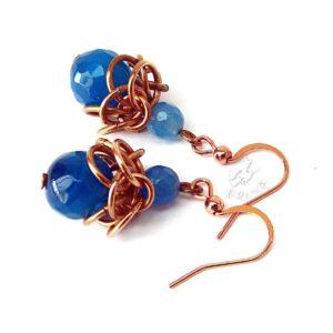 Kolczyki chainmaille z brązu z niebieskimi agatami