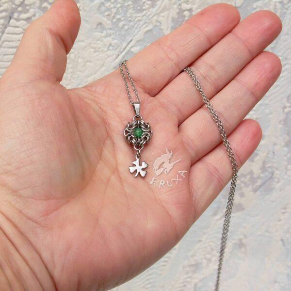 Elegancki naszyjnik ze stali chirurgicznej z zielonym jadeitem i koniczynkami