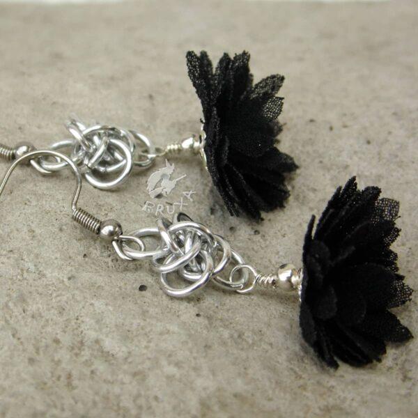 Delikatne kolczyki chainmaille z czarnymi kwiatkami