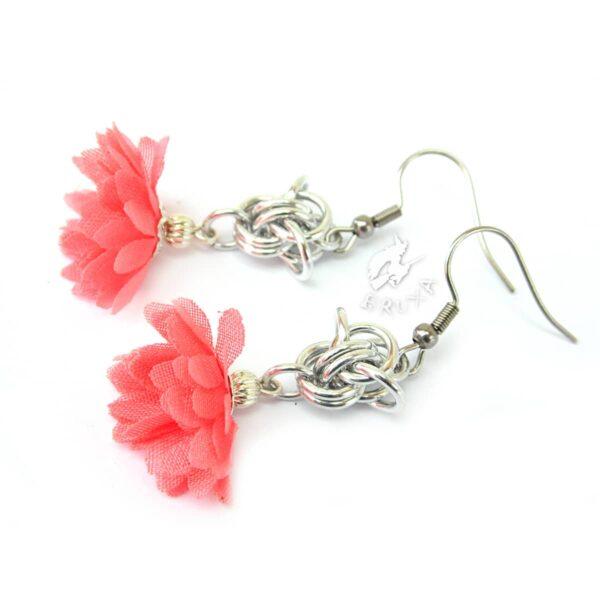 Delikatne kolczyki chainmaille z różowymi kwiatkami