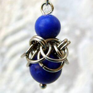 Kolczyk chainmaille ze stali chirurgicznej z lapis lazuli w przybliżeniu