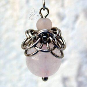 Kolczyk chainmaille ze stali chirurgicznej z różowym kwarcem w przybliżeniu