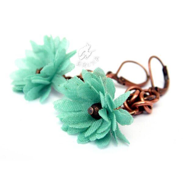 Kolczyki chainmaille z miedzi z tekstylnymi kwiatkami w miętowym kolorze