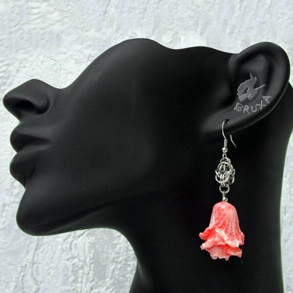 Kolczyki chainmaille z dużą rzeźbioną różyczką