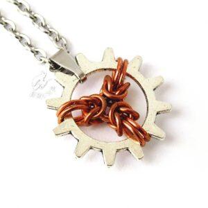 Wisiorek z trójramienną miedzianą gwiazdką chainmaille wewnątrz metalowej zębatki