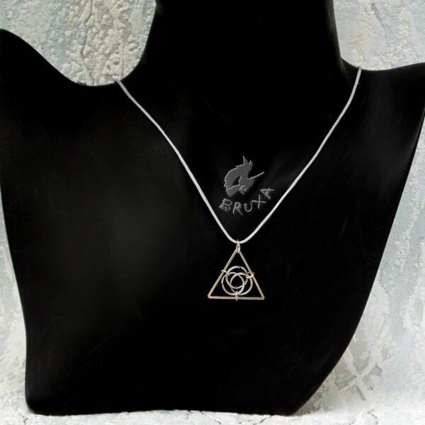 Trójkątny wisiorek z symbolem triquetry