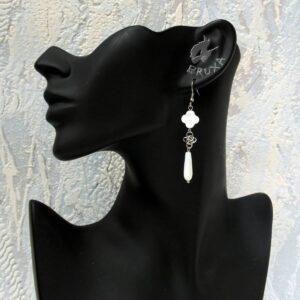 Wiszące kolczyki chainmaille z naturalną masą perłową