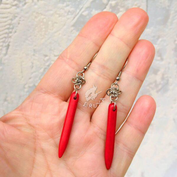 Długie wiszące kolczyki chainmaille z czerwonym kłem