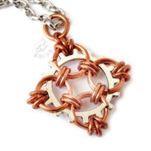 Wisiorek chainmaille zapleciony na metalowej zębatce, inspirowany celtycką gwiazdą