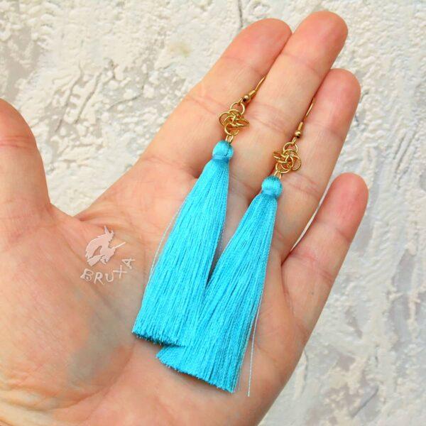 Długie kolczyki chainmaille w złotym kolorze z turkusowym chwostem
