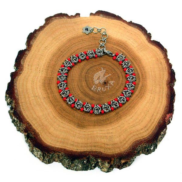 Bransoletka chainmaille z drobnymi koralikami w kolorze czerwonym