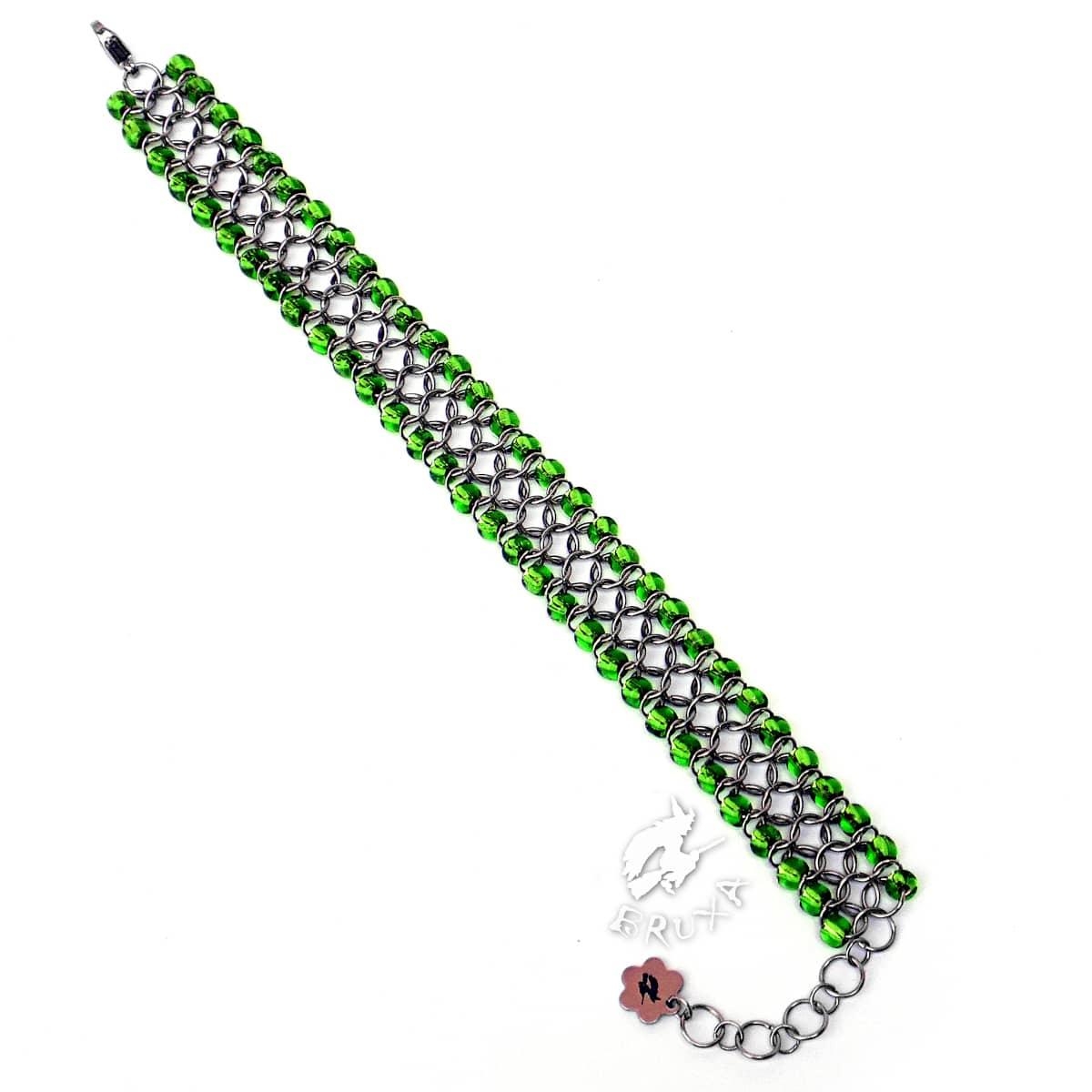 Bransoletka chainmaille z drobnymi koralikami w kolorze jasno-zielonym