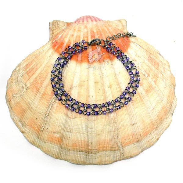 Bransoletka chainmaille z drobnymi koralikami w kolorze fioletowym