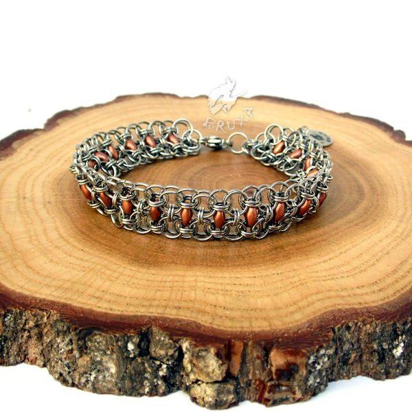 Bransoletka chainmaille z drobnymi koralikami w kolorze miedzianym