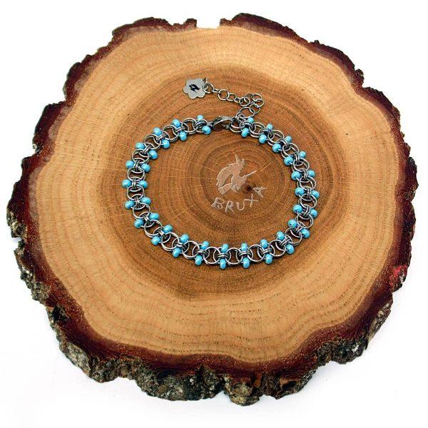 Bransoletka chainmaille z drobnymi koralikami w kolorze niebieskim