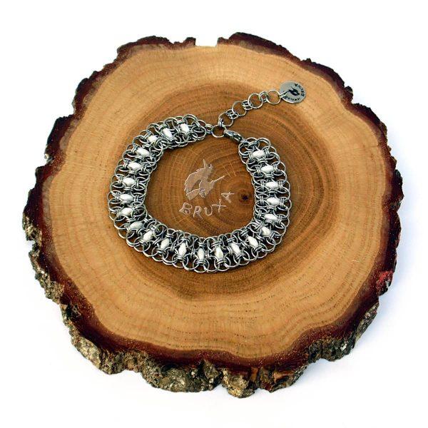 Bransoletka chainmaille z drobnymi koralikami w kolorze białym perłowym