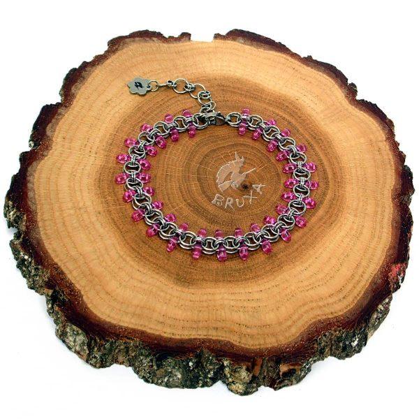 Bransoletka chainmaille z drobnymi koralikami w kolorze różowym