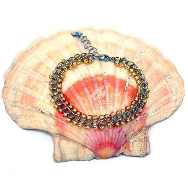 Bransoletka chainmaille z drobnymi koralikami w kolorze złoto-żółtym