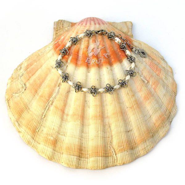 Delikatna bransoletka chainmaille z drobnymi koralikami w kolorze białym perłowym