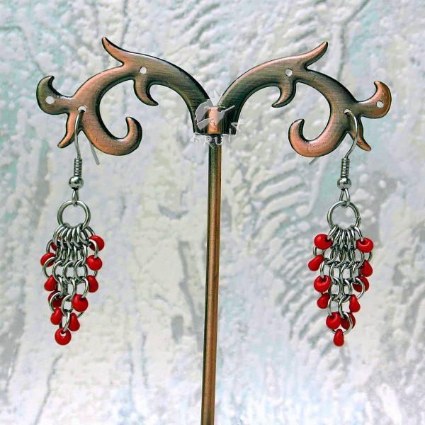 Kolczyki chainmaille w formie gronek z drobnymi koralikami w kolorze czerwonym
