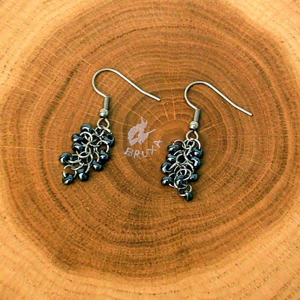 Kolczyki chainmaille w formie gronek z drobnymi koralikami w kolorze hematytowym