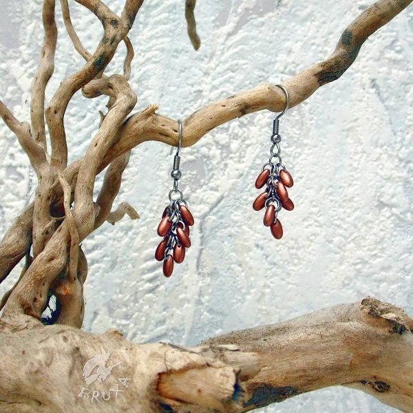 Kolczyki chainmaille w formie gronek z drobnymi koralikami w kolorze miedzianym